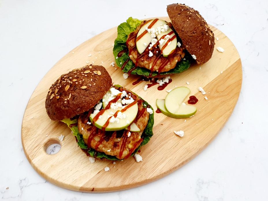 Kipburger met appel en feta